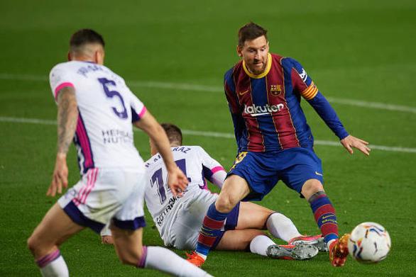 Bàn thắng phút 90 giúp Barca bám sát Atletico Madrid - Ảnh 2.