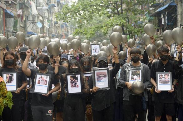 Quân đội Myanmar truy nã người nổi tiếng, diễn viên, ca sĩ ủng hộ biểu tình - Ảnh 1.