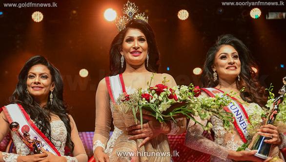 Bị đoạt vương miện trên sân khấu, hoa hậu Quý bà quốc tế Sri Lanka 2021 vừa đi vừa khóc - Ảnh 1.