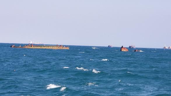 Hơn 3 năm sau bão, xác tàu bị đắm vẫn nằm ngay vùng biển cảng Quy Nhơn - Ảnh 1.