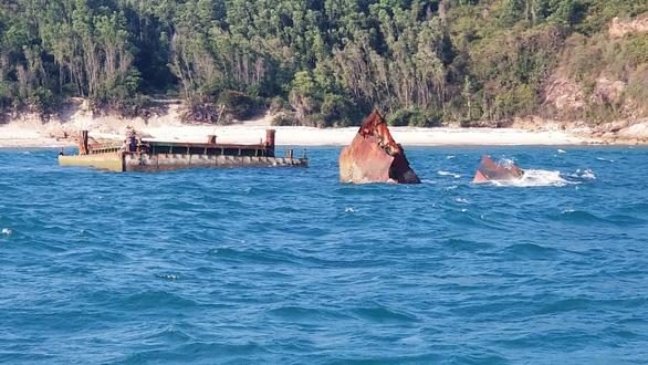 Hơn 3 năm sau bão, xác tàu bị đắm vẫn nằm ngay vùng biển cảng Quy Nhơn - Ảnh 2.