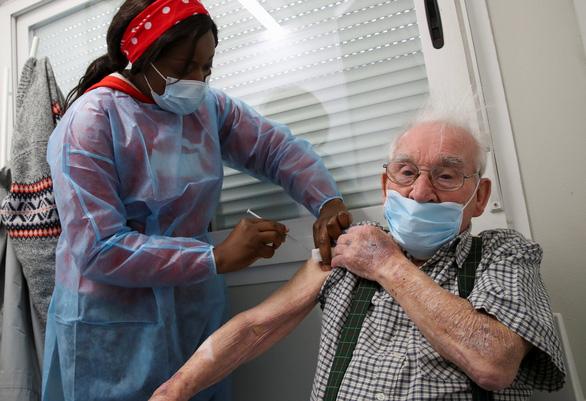 EMA phủ nhận đã xác định liên hệ giữa chứng đông máu và vắc xin AstraZeneca - Ảnh 1.