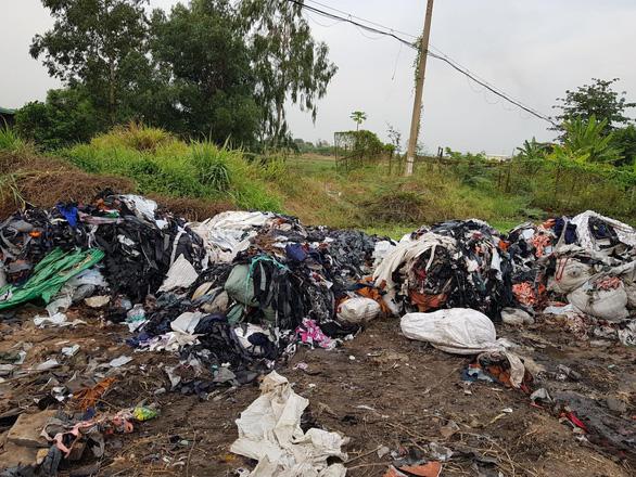 Bắt quả tang vụ chôn lấp trộm rác thải công nghiệp tại TP.HCM - Ảnh 2.