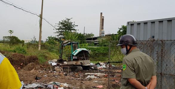 Bắt quả tang vụ chôn lấp trộm rác thải công nghiệp tại TP.HCM - Ảnh 1.