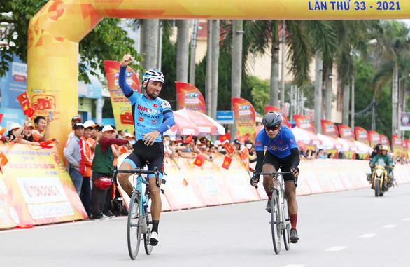 Video: Xem Loic Desriac rút thắng Nguyễn Tấn Hoài ở chặng 2 - Ảnh 1.