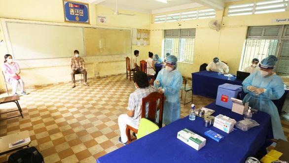 Số ca COVID-19 tăng, Campuchia cân nhắc bắt buộc tiêm chủng - Ảnh 1.