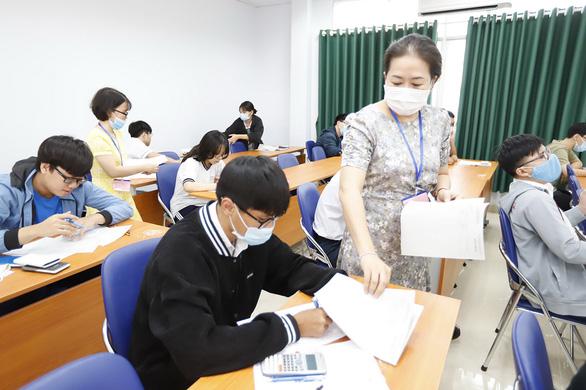 Thầy cô đi thi đánh giá năng lực để về ôn tập cho trò - Ảnh 1.