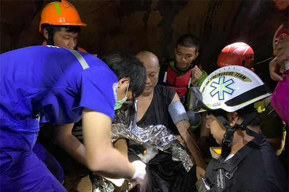 Nhà sư thiền trong hang động mắc kẹt 5 ngày vì lũ lên, 17 thợ lặn giải cứu - Ảnh 1.