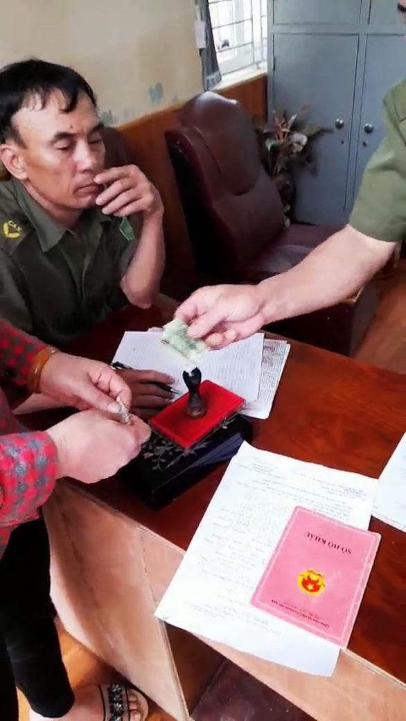 Tạm đình chỉ 2 công an xã thu 100.000 đồng làm căn cước gắn chip - Ảnh 1.