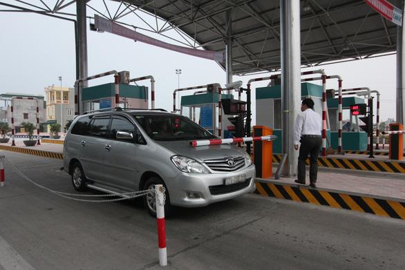 Khẩn trương thu phí không dừng tại trạm thu phí đường Nguyễn Văn Linh - Ảnh 1.