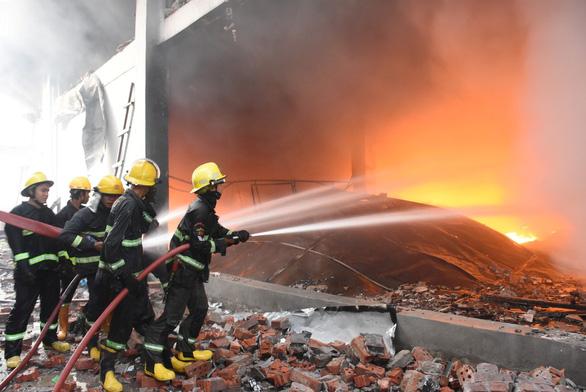 Nhiều vụ nổ lớn ở Myanmar, nhà máy may mặc của Trung Quốc nghi bị đốt - Ảnh 1.