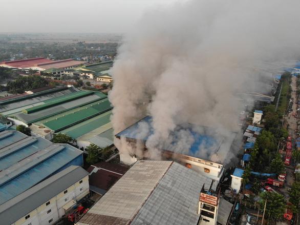 Nhiều vụ nổ lớn ở Myanmar, nhà máy may mặc của Trung Quốc nghi bị đốt - Ảnh 2.
