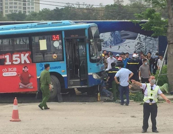 Xe buýt mất phanh lao lên vỉa vè tông chết thanh niên đi bộ - Ảnh 1.