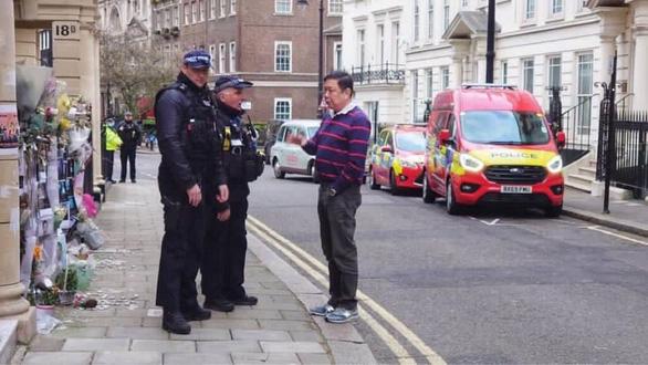 Đại sứ Myanmar tại Anh bị đuổi ra ngoài, nói đảo chính giữa lòng London - Ảnh 1.