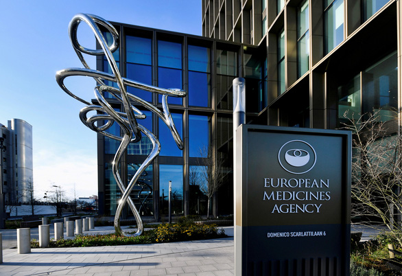 Châu Âu họp báo về vắc xin AstraZeneca: Đông máu là tác dụng phụ rất hiếm - Ảnh 1.