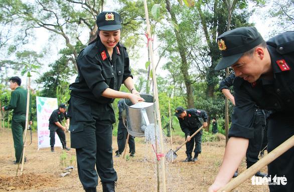 Tuổi trẻ Cảnh sát cơ động trồng cây xanh dịp về nguồn báo công - Ảnh 1.