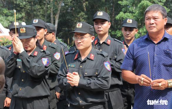 Tuổi trẻ Cảnh sát cơ động trồng cây xanh dịp về nguồn báo công - Ảnh 2.