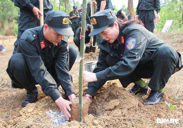 Tuổi trẻ Cảnh sát cơ động trồng cây xanh dịp về nguồn báo công - Ảnh 4.
