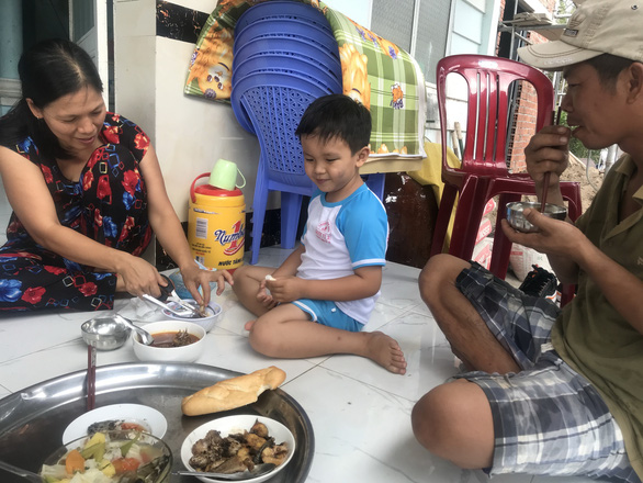 Gặp lại cậu bé 11 ngày tuổi bị dao đâm xuyên đầu: Thiên thần bé thơ vẫn cười vui - Ảnh 4.