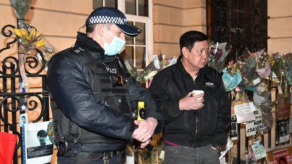 Đại sứ Myanmar tại Anh bị đuổi ra ngoài, nói đảo chính giữa lòng London - Ảnh 2.