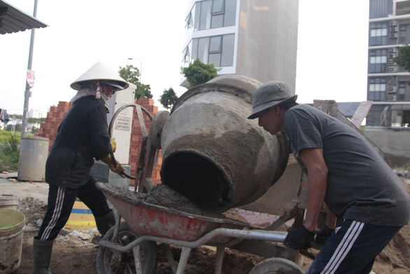 Đời thợ hồ đổ mồ hôi xây ước mơ con cái được đến trường - Ảnh 3.