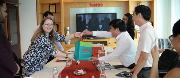 Tổng lãnh sự Mỹ Marie C. Damour đến thăm báo Tuổi Trẻ - Ảnh 2.