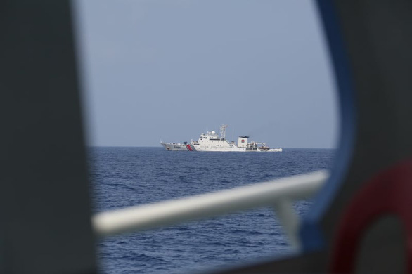 Tàu tên lửa Trung Quốc rượt tàu chở phóng viên Philippines trên Biển Đông - Ảnh 2.
