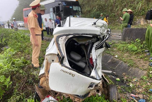 Xe con và xe khách tông nhau, 2 người chết - Ảnh 1.