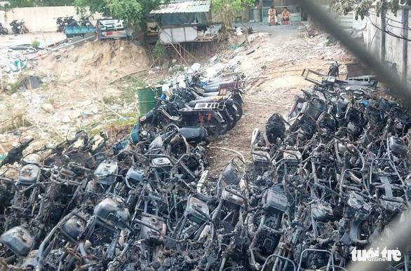 Bãi giữ xe vi phạm ở TP Thủ Đức cháy do chập điện - Ảnh 1.