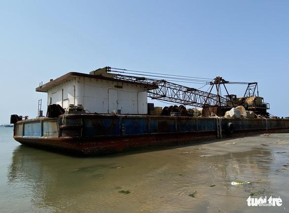 Sà lan 'ma' vật vờ vùng biển cảng Dung Quất - Ảnh 1.