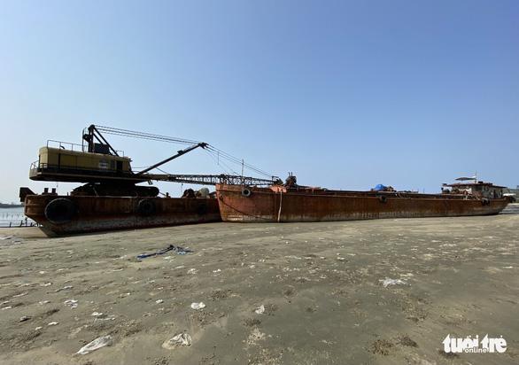Sà lan 'ma' vật vờ vùng biển cảng Dung Quất - Ảnh 3.