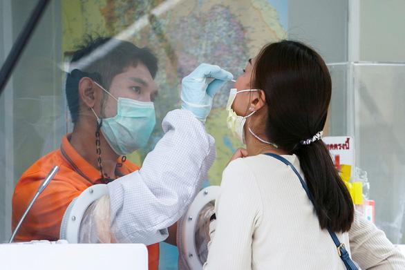 Thái Lan đóng cửa dịch vụ ban đêm vì dịch bùng phát - Ảnh 3.