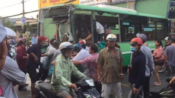 TP.HCM: Xe tải chở gạch đụng nát đầu xe buýt, làm sập tường nhà dân - Ảnh 2.