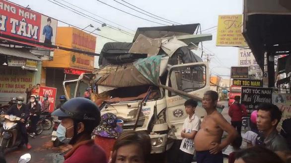 TP.HCM: Xe tải chở gạch đụng nát đầu xe buýt, làm sập tường nhà dân - Ảnh 3.
