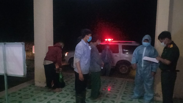 Vượt biên đi tìm dược liệu, 5 người bị đưa đi cách ly - Ảnh 2.