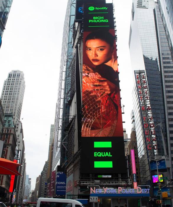 Hình ảnh Bích Phương xuất hiện ở Quảng trường Thời Đại, New York - Ảnh 1.