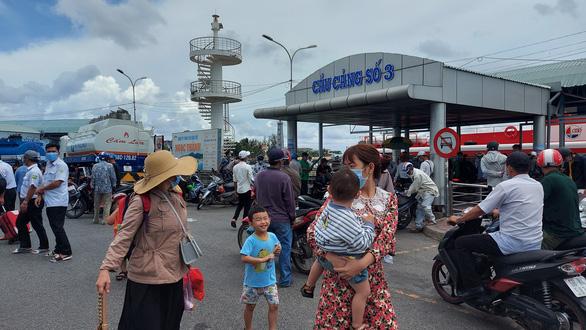 Hơn 50.000 người đến Phú Quốc trong một ngày, các điểm vui chơi chật kín khách - Ảnh 2.