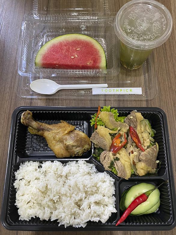 Yêu cầu khách sạn tạm ngừng chế biến thức ăn cho người cách ly sau khi bị tố thức ăn có giòi - Ảnh 2.