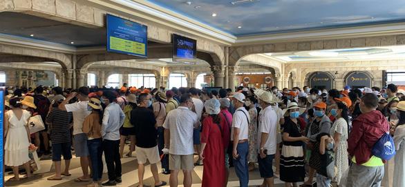 Hơn 50.000 người đến Phú Quốc trong một ngày, các điểm vui chơi chật kín khách - Ảnh 1.