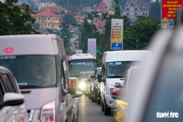 Du khách đông kỷ lục, Lâm Đồng hỏa tốc kêu gọi dân Đà Lạt đi xe 2 bánh - Ảnh 2.