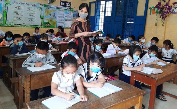 Thêm nhiều tỉnh, thành cho học sinh tạm dừng đến trường, nghỉ hè sớm - Ảnh 1.
