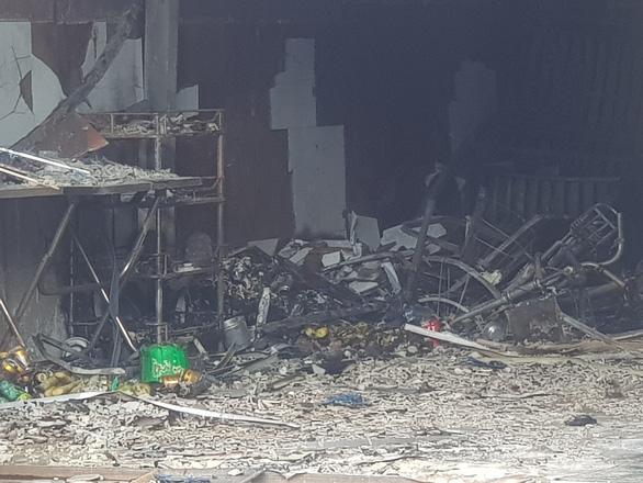 Cháy cửa hàng sơn lan sang nhà dân bên cạnh - Ảnh 6.