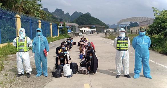 Tiếp nhận 40 công dân Việt Nam do Trung Quốc trao trả - Ảnh 1.