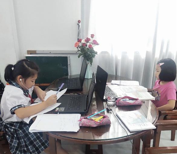 TP.HCM: Nhiều trường tiểu học dạy trực tuyến để hoàn thành chương trình - Ảnh 1.