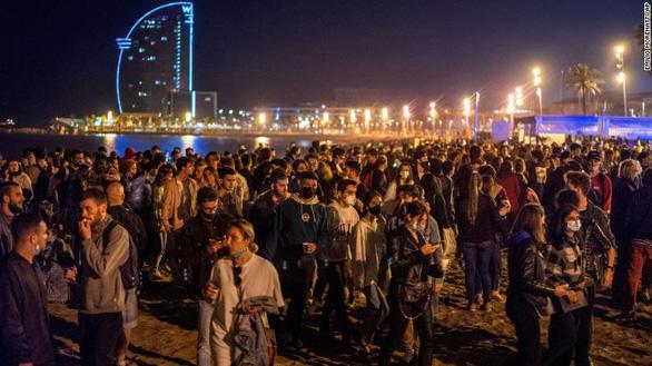 Hàng trăm bữa tiệc ở Tây Ban Nha mừng bỏ giới nghiêm vì COVID-19 - Ảnh 1.