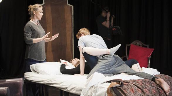 Nghề giám sát cảnh nóng trên phim trường: Bảo vệ diễn viên khỏi quấy rối tình dục - Ảnh 4.