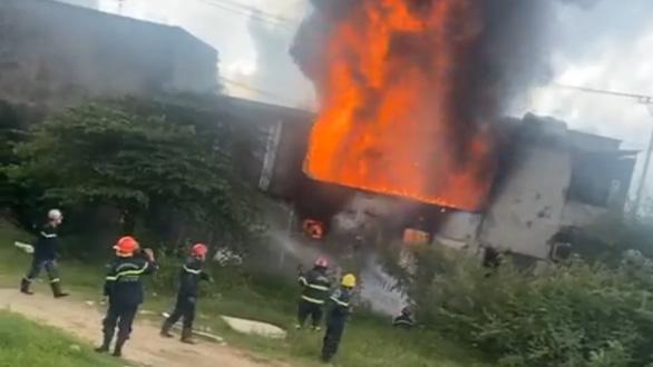 Cháy cửa hàng sơn lan sang nhà dân bên cạnh - Ảnh 2.