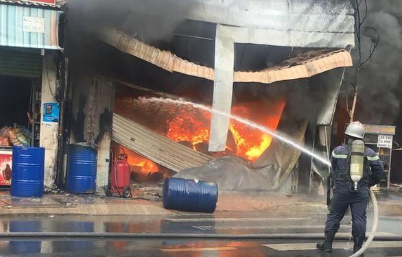 Cháy cửa hàng sơn lan sang nhà dân bên cạnh - Ảnh 3.