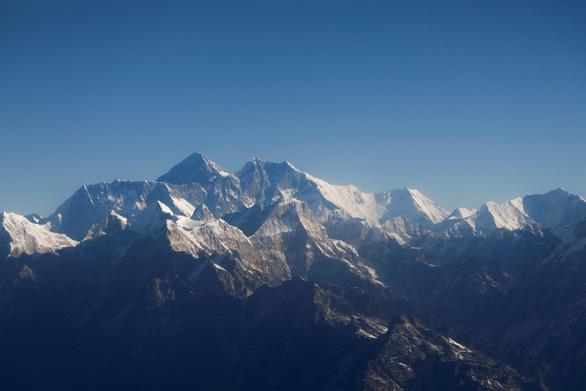 Trung Quốc lập hàng rào trên đỉnh Everest chống dịch tràn từ Nepal - Ảnh 1.