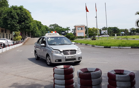 Tạm dừng thi bằng lái ô tô do COVID-19 - Ảnh 1.